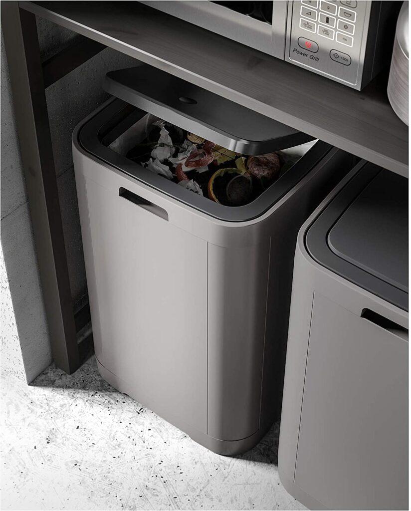 片手で簡単に開けられるタッチ式ゴミ箱